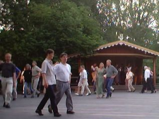 Dance at Skansen Bolln�storget to Nordins three generations 01-06-28
